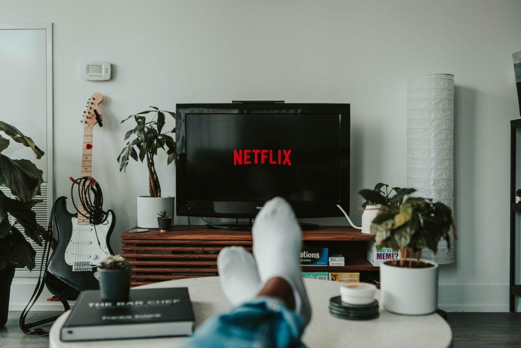 Auto-entrepreneur regardant une série